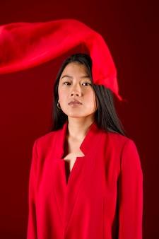 Vorderansichtmodell, das mit rotem hintergrund aufwirft