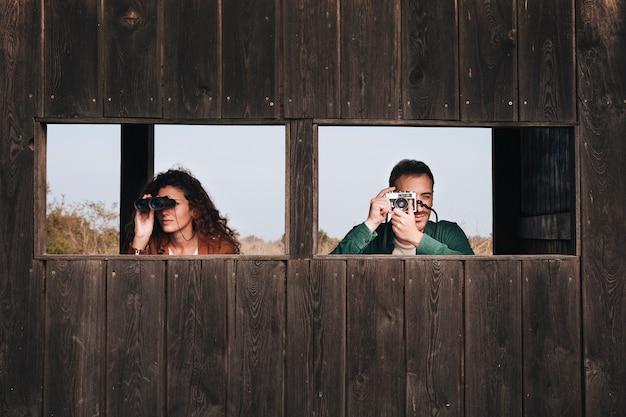 Vorderansichtpaar-vogelbeobachtung