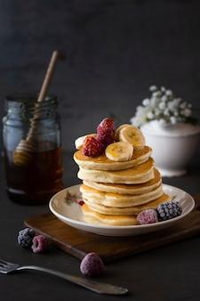 Vorderansichtpfannkuchen mit himbeeren und bananen