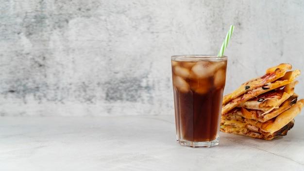 Vorderansichtpizzascheiben mit soda