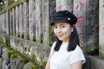 Vorderansichtportrait eines glücklichen Frauentouristen