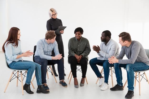 Vorderansichtrehabilitationspatient, der miteinander spricht