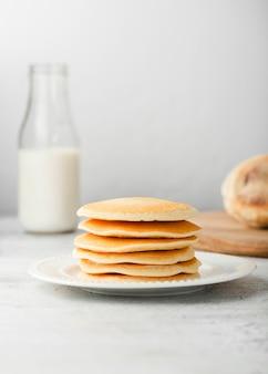Vorderansichtsatz einfache pfannkuchen