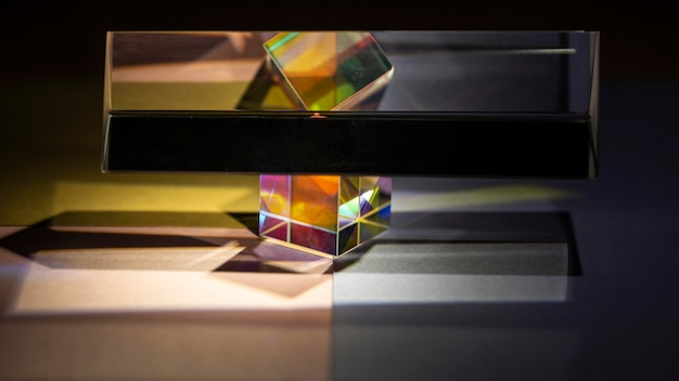 Vorderansichtsexperiment von prismen und lichtern