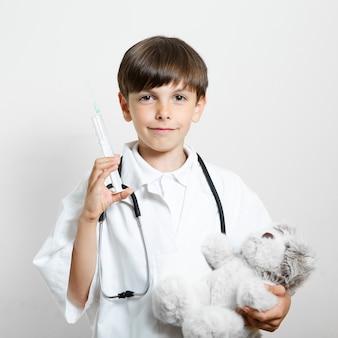 Vorderansichtsmileykind mit einem teddybären