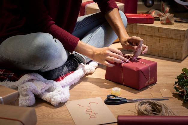 Vorderansichtweihnachten, das geschenkprozeß einwickelt