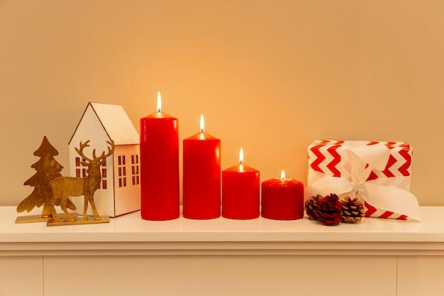 Vorderansichtweihnachtsthemadekorationen auf tabelle