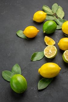 Vordere ansicht frische zitronen saure früchte auf dem dunklen hintergrund