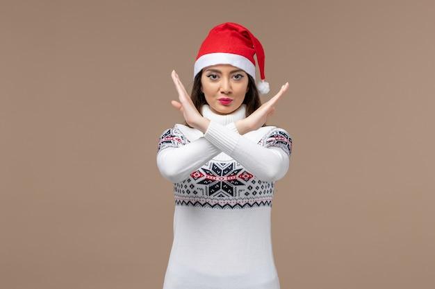 Vordere ansicht junge frau zeigt verbotszeichen auf braunem hintergrund neujahrsgefühle weihnachten