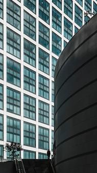 Vordere ansicht moderne wolkenkratzer bürogebäude