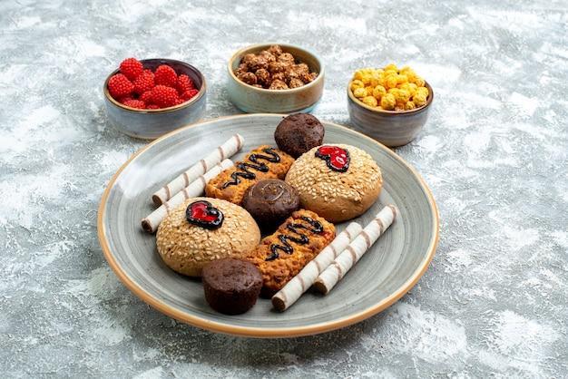 Vordere ansicht süße kekse mit kandiszucker auf weißem raum