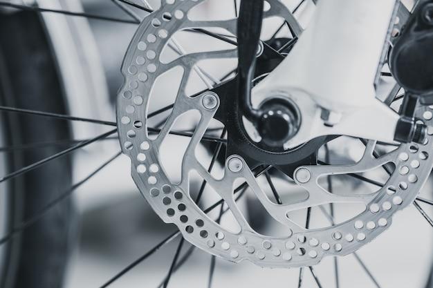 Vordere bremsscheibe des fahrrades des mountainbikeabschlusses herauf schussweinlesefarbton