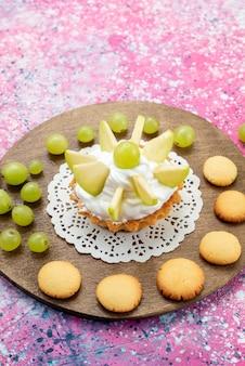 Vordere entfernte ansicht kleiner cremiger kuchen mit geschnittenen früchten