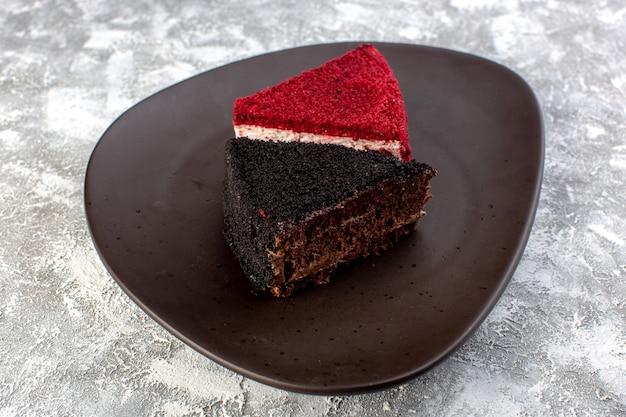 Vordere nahansicht farbige kuchenstücke schokoladen- und obstkuchenstücke in brauner platte auf der grauen oberfläche