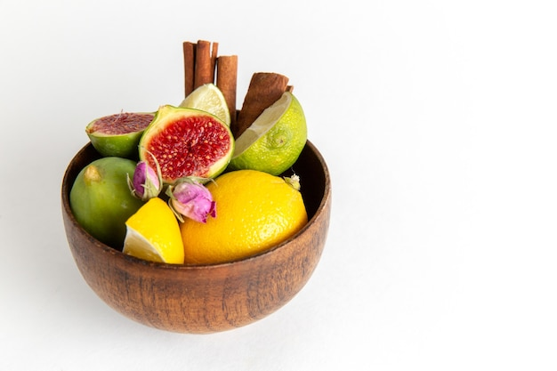 Vordere nahansicht frische feigen im braunen topf auf weißer oberfläche frucht milde seet baum pflanze sommer frisch