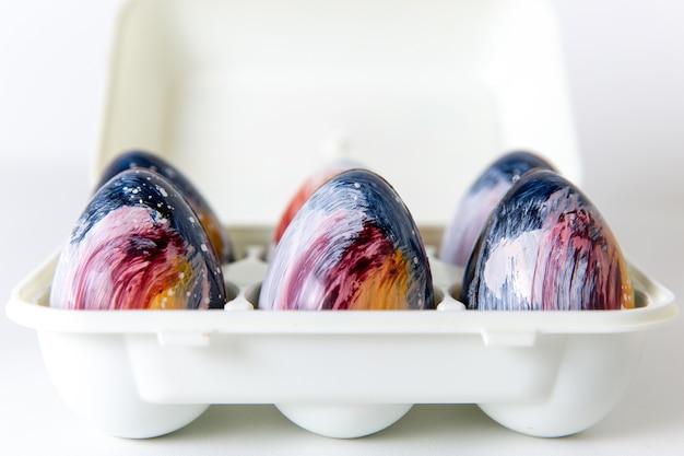 Vordere nahansicht gestaltete ei pralinen bonbons ei gebildet auf der weißen oberfläche süßigkeiten bonbon schokolade design tee süßer zucker