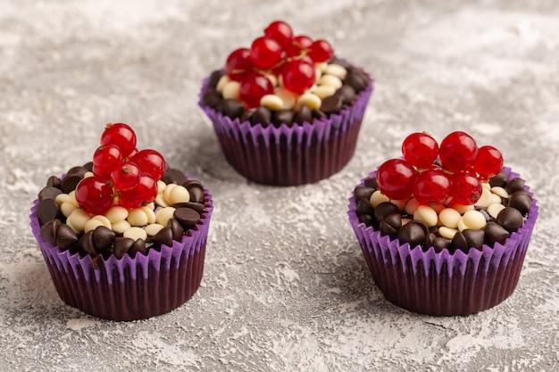 Vordere nahansicht schokoladen-brownies mit preiselbeeren auf der hellen oberfläche