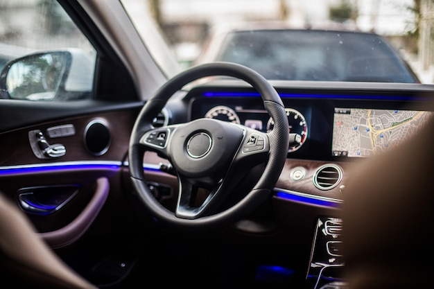 Vorderer linker sitz und richtungssteuerrad eines autos.