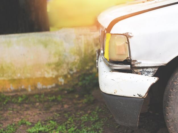 Vorderer scheinwerfer des alten autos beleuchtet in der garage
