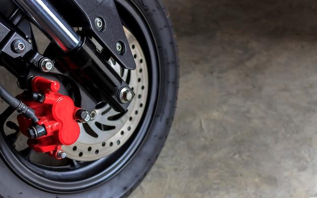 Vorderes rad der nahaufnahme eines sportmotorrads. über licht