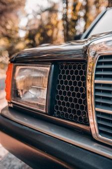 Vorderes rechtes licht eines weinleselimousinenautos.