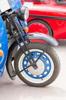 Vorderräder von oldtimern im alter von vielen jahren