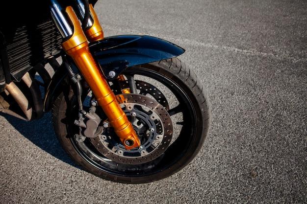 Vorderreifen des orangefarbenen motorrades