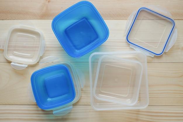 Vorformling für transport und lagerung in kunststoffbehältern. kuchen in einen plastikbehälter.