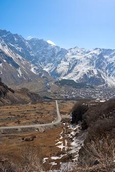 Vorfrühling in den bergen. reisen sie mit dem auto in georgien. erstaunliche bergklippenlandschaft