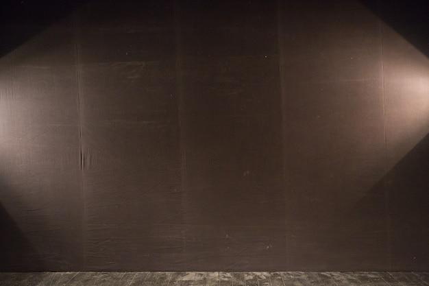 Vorhänge und projektorlichter mit platz für ihren text. dunkler hintergrund mit scheinwerfern, kopierraum