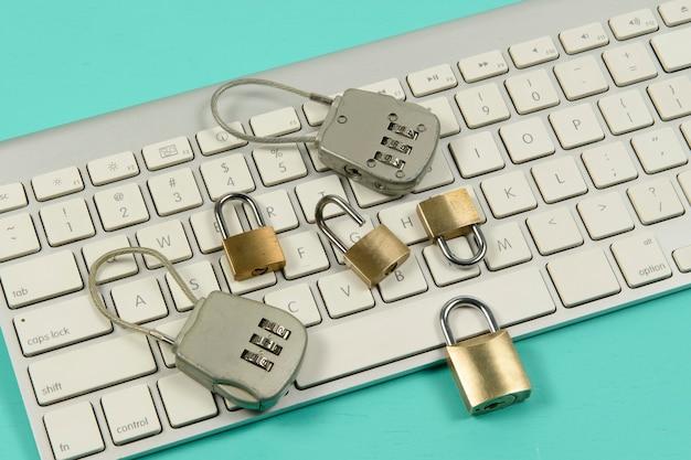 Vorhängeschlösser über einer computertastatur. datenschutz im internet