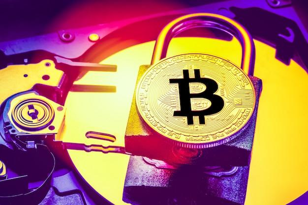 Vorhängeschloss mit kryptowährung bitcoin auf der festplatte des computers.