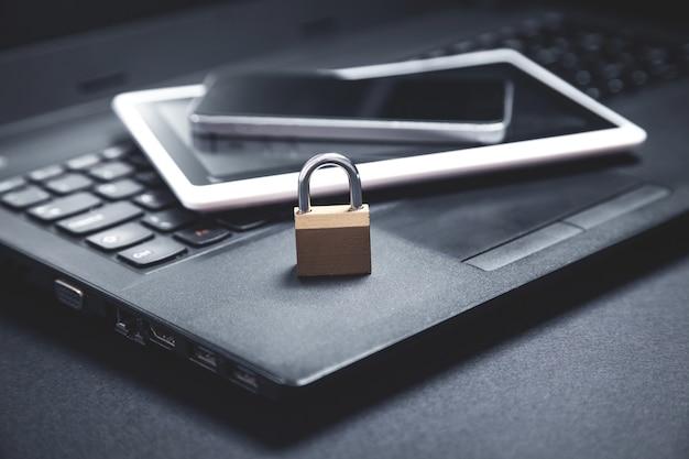 Vorhängeschloss mit laptop, smartphone und tablet. internet- und technologiesicherheit