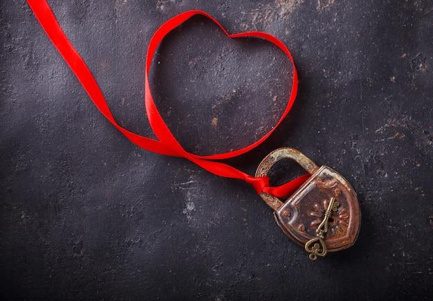 Vorhängeschloss mit schlüssel. konzept-feiertag valentine day.