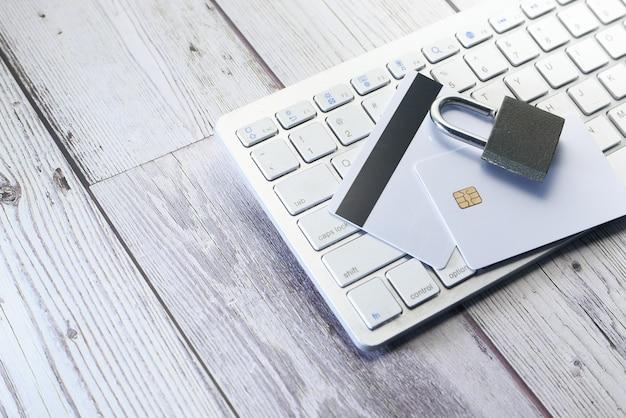 Vorhängeschloss und kreditkarte auf der tastatur. internet-datensicherheitskonzept.