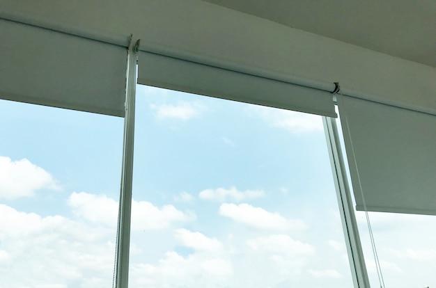 Vorhang am fenster mit blauem himmel