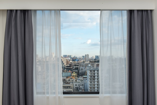 Vorhangvorhangfenster mit stadtbildansicht.