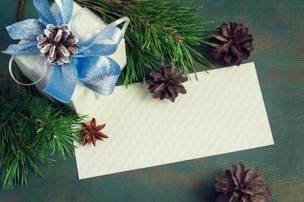 Vorlage zum schreiben, festlich verpackt geschenk, fichte zweige und zapfen.