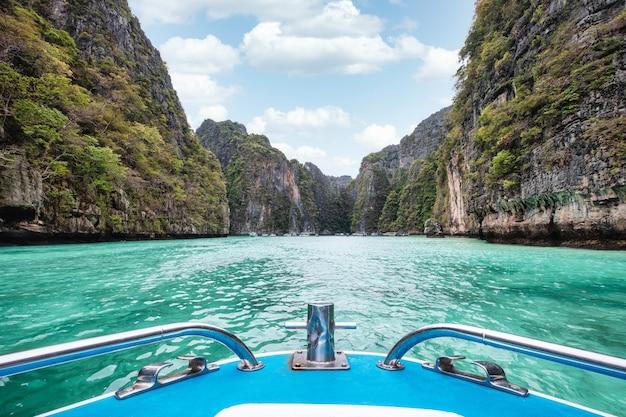 Vorne des bootssegelns auf pileh lagune mit klippenkalkstein des türkisfarbenen meeres in phi phi insel, thailand