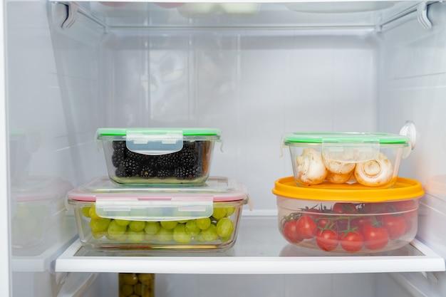 Vorratsbehälter mit frischen lebensmitteln im kühlschrank