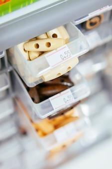 Vorratsbehälter mit holzknöpfen für stoffgestaltung