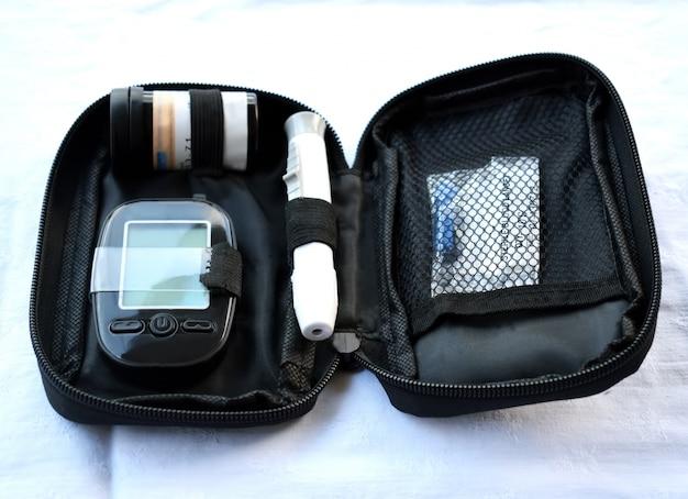 Vorrichtung zum messen des glukosegehalts im blut, dem teststreifen und der lanzette