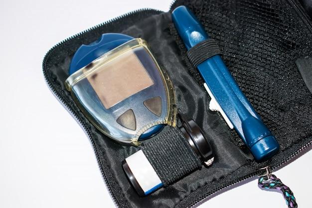 Vorrichtung zur messung des blutzuckerspiegels, des teststreifens und der lanzette