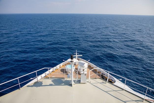 Vorschiff des großen kreuzfahrtschiffs während einer kreuzfahrt nach montenegro