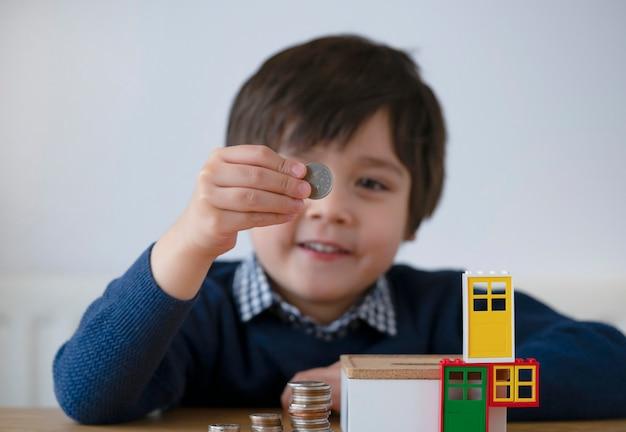 Vorschulkind, das 10 pennys zeigt