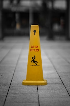 Vorsicht zeichen auf dem boden