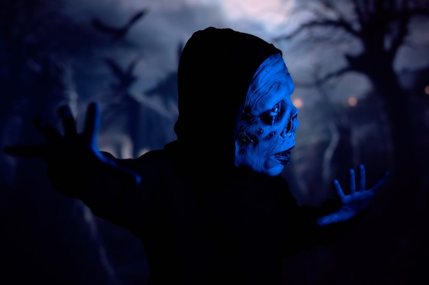 Vorsichtiger zombie auf dunklem friedhof