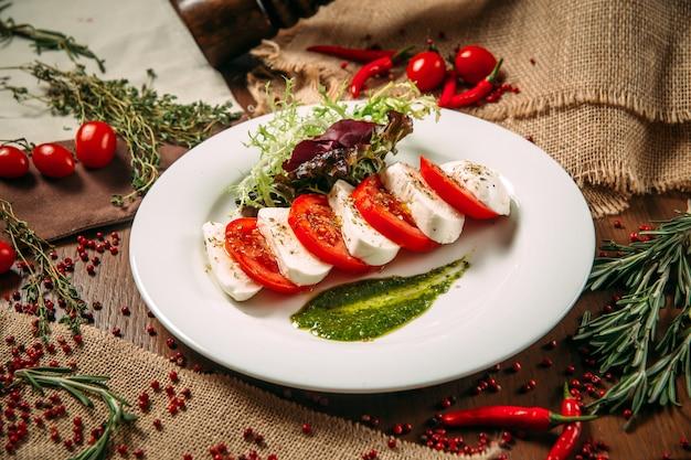 Vorspeise caprese-salat der italienischen küche