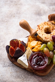 Vorspeise für wein, käseplatte mit trauben und feigen