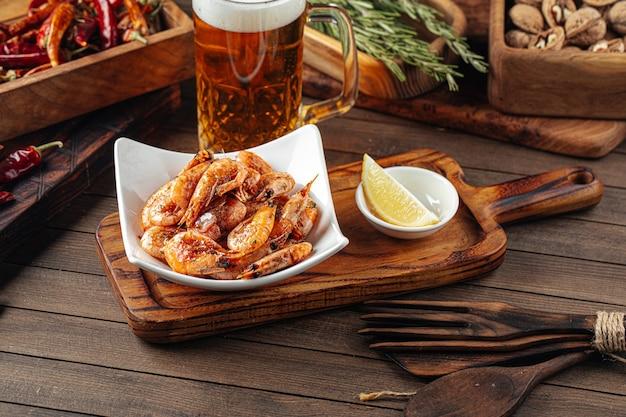Vorspeise mit gerösteten knoblauchgarnelen mit bier